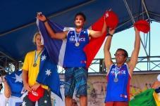 Titouan Puyo sur la plus haute marche du podium mondial aux ISA de SUP race du Nicaragua.