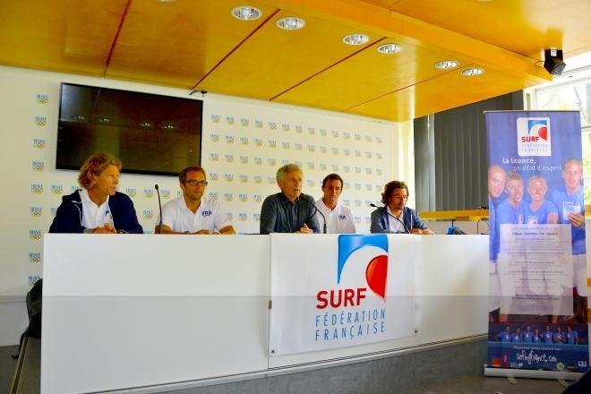 Une partie de l'équipe de France de Sup hier après-midi à la Maison du sport français, siège du Comité national olympique et sportif français, à Paris. De gauche à droite : Stéphane Corbinien (directeur des équipes de France), Eric Terrien, Jean-Luc rassis (président de la FFSurf), Titouan Puyo et Antoine Delpero.